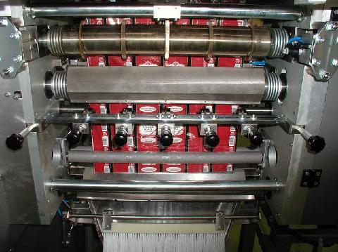 Вертикальная упаковочная машина автомат оборудование станок в комплектации для расфасовки порошкообразных продуктов в четырехшовные прямоугольные порционные пакеты типа сашет sachet